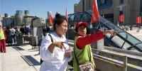 出入哈站北广场 志愿者为您指路 - 哈尔滨新闻网