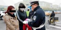 哈尔滨整治行人闯红灯 一天近20人被罚20元 - 新浪黑龙江