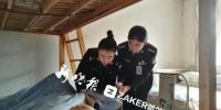 """哈尔滨8旬老太行动不便 民警上门""""哄着""""办身份证 - 新浪黑龙江"""