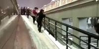 哈尔滨冬天下楼梯原来是用滑的 - 新浪黑龙江