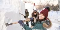 大学生雪雕赛开铲 - 哈尔滨新闻网