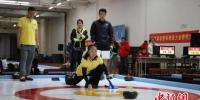 陆地冰壶比赛现场 华子宾 摄 - 新浪黑龙江