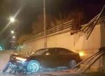 今日凌晨哈市一辆奥迪车冲破隔离带 掉到桥下车损严重 - 新浪黑龙江