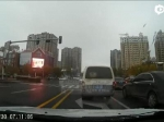 校车司机别停私家车还频频挥舞棍棒 咋回事 - 新浪黑龙江