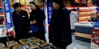 """哈市严查商品和旅游市场 30余件""""三无""""箱包全下架 - 新浪黑龙江"""