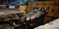 昨晚冰城一轿车撞飞围挡倒悬在坑口 车里还有一男一女 - 新浪黑龙江