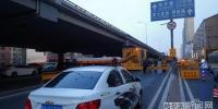 抢修开始后,桥下的道路减少了一条车道。 - 新浪黑龙江
