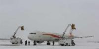 机场工作人员为飞机清理冰雪。仇建摄 - 新浪黑龙江