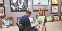画家在创作中。 董盈摄 - 新浪黑龙江